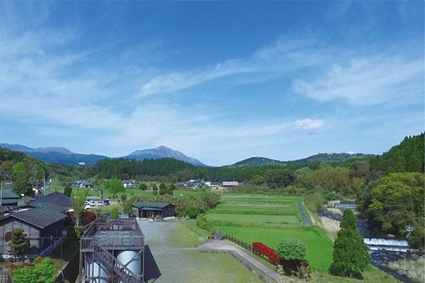 明るい農村は背後に高千穂峰を仰ぎ見れます