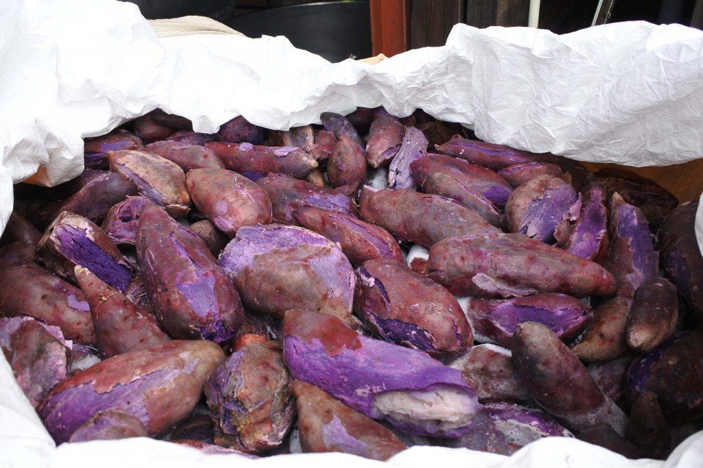 紫芋 の写真。鮮やかな紫色が特徴。