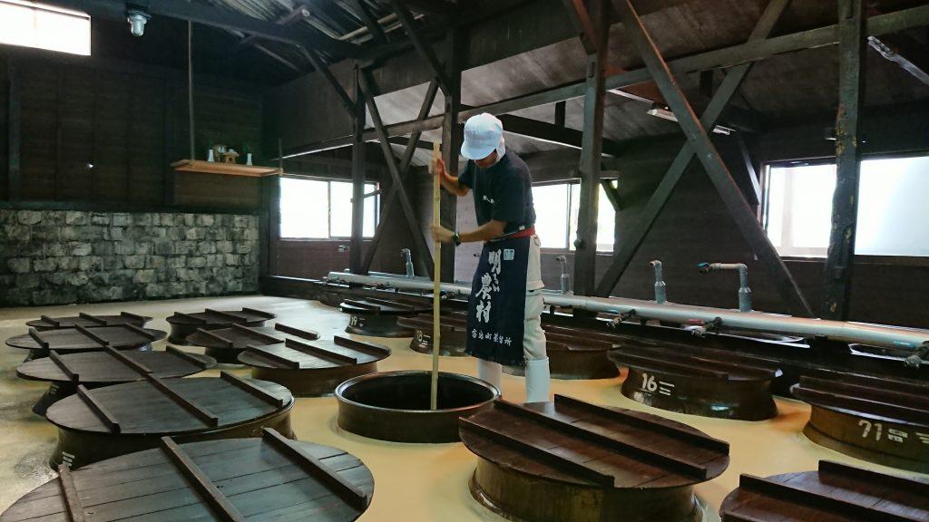 創業以来110年間つたわるかめ壺で、焼酎を仕込んでいます。