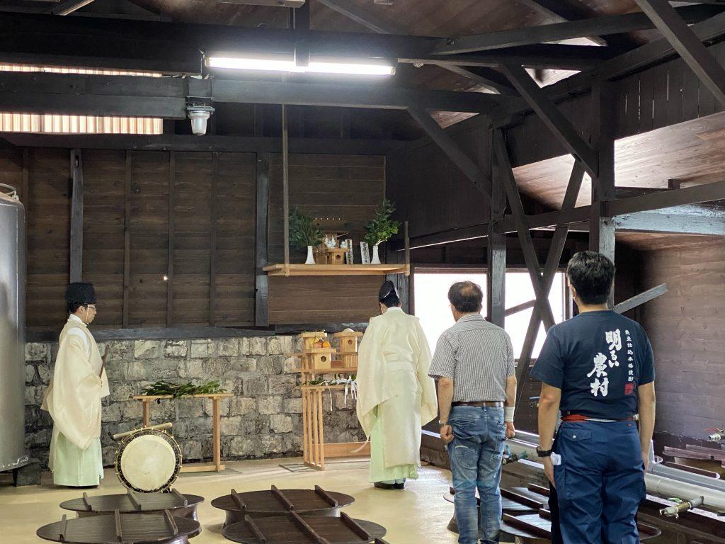 霧島神宮の神官さんがいらしてくださり行われた明るい農村の醸造始め式