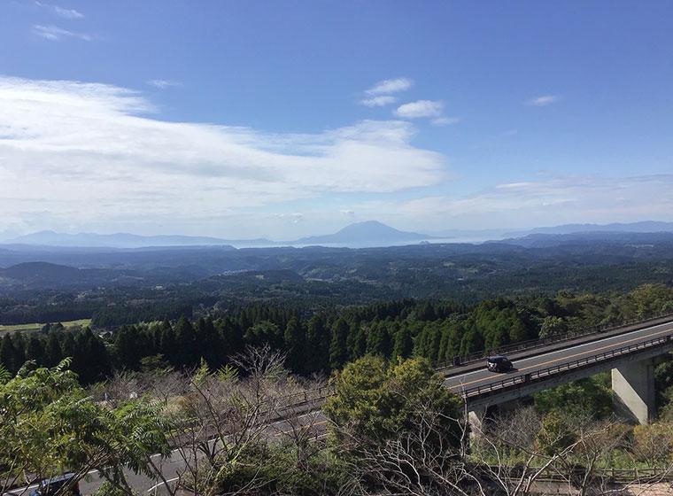 ナニコレ珍百景でも取り上げられた霧島神話の里から見た「なかだけばし(中岳橋)」と桜島(10月19日)